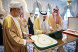 خادم الحرمين يقدم قلادة الملك عبدالعزيز لسلطان عُمان.. وهيثم بن طارق يمنحه وسام «آل سعيد»
